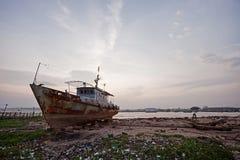 Barca abbandonata sulla riva del Vietnam Immagini Stock