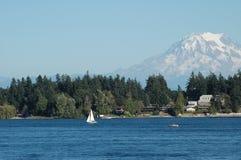 Barca in acqua e montagna Fotografie Stock