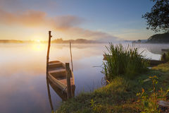 Barca ad alba fotografie stock libere da diritti