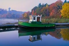 Barca ad un pilastro su una mattina nebbiosa di autunno Fotografia Stock