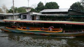 Barca al bangluang del klong (mercato di galleggiamento) Tailandia archivi video
