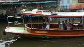 Barca al bangluang del klong (mercato di galleggiamento) Tailandia stock footage