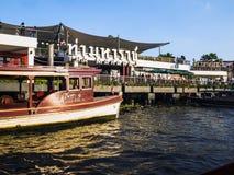 Barca al centro commerciale della riva del fiume a Bangkok Fotografia Stock