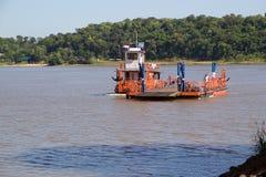 """Barca al confine del Paraguay e dell'Argentina lungo fiume di Parana """" fotografie stock"""