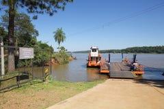 Barca al confine del Paraguay e dell'Argentina lungo fiume di Parana ? immagine stock libera da diritti