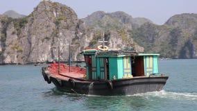 Barca al villaggio di galleggiamento nella baia di lunghezza dell'ha, vietnam del nord archivi video