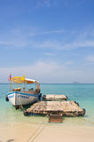 Barca all'isola Fotografie Stock Libere da Diritti