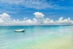 Barca all'isola abbandonata Fotografia Stock