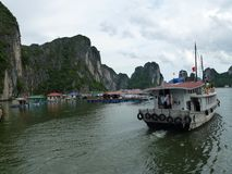 Barca alla baia di lunghezza dell'ha Fotografia Stock