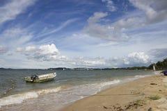 Barca alla spiaggia Immagini Stock