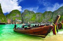 Barca alla spiaggia della Tailandia fotografia stock