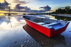 Barca alla spiaggia di aru di Tanjung, Labuan La Malesia 14 Immagine Stock