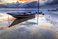 Barca alla spiaggia di aru di Tanjung, Labuan La Malesia 13 Immagine Stock