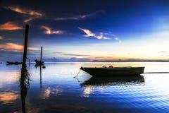 Barca alla spiaggia di aru di Tanjung, Labuan La Malesia 10 Immagine Stock