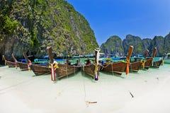 Barca alla spiaggia, Krabi Tailandia di Longtale Immagine Stock