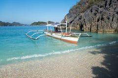 Barca alla spiaggia tropicale fotografia stock libera da diritti