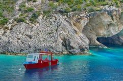 Barca ancorata in baia Fotografia Stock