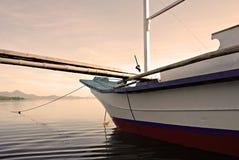 Barca ancorata su una mattina nebbiosa Immagine Stock