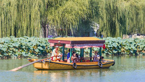 Barca antica di giro di stile nel lago Beihai, Pechino, Cina Immagini Stock Libere da Diritti