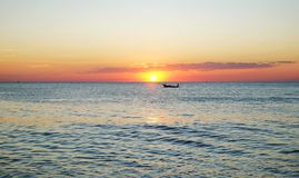 Barca asiatica tradizionale al bello tramonto Fotografie Stock