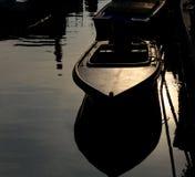 Barca attraccata nel canale navigabile fotografia stock