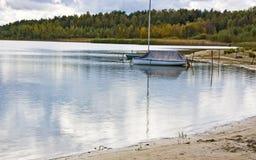 Barca attraccata sul lago Fotografia Stock
