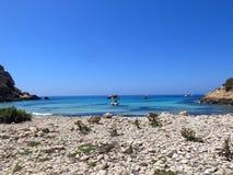 Barca attraccata sull'isola di Lampedusa in Italia fotografia stock libera da diritti