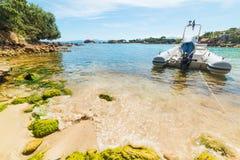 Barca attraccata in una piccola baia fotografia stock libera da diritti