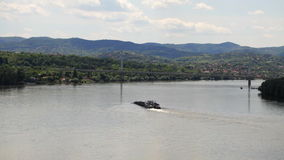 Barca automotora que navega o rio ascendente Danúbio video estoque