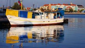 Barca in bacino Immagini Stock