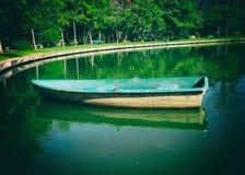 Barca in bacino dell'acqua di fiume Immagine Stock
