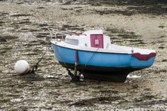 Barca a bassa marea in un porto Immagine Stock