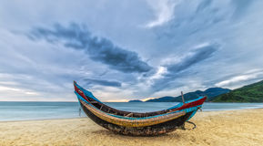 Barca benvenuta di alba nella stagione della tempesta Fotografie Stock Libere da Diritti