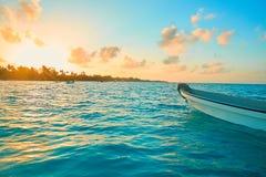 Barca bianca ancorata sul mare Fotografie Stock