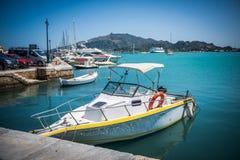 Barca bianca con la decorazione gialla Immagini Stock Libere da Diritti