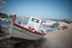 Barca bianca con la decorazione rossa Fotografia Stock