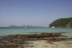 Barca bianca con le rocce sull'oceano in Tailandia Fotografia Stock Libera da Diritti