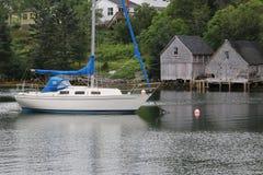 Barca bianca luminosa in questa piccola e baia singolare Fotografia Stock Libera da Diritti