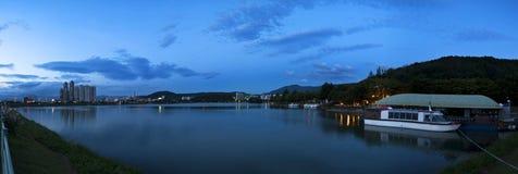 Barca bianca sul lago nel parco della città Immagini Stock Libere da Diritti