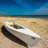 Barca bianca sulla spiaggia Fotografia Stock