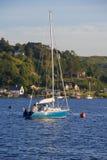Barca blu attraccata nella baia di Oban Fotografie Stock