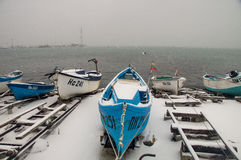 Barca blu, Biancaneve ed il Mar Nero in Pomorie, Bulgaria Immagini Stock