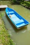 Barca blu della fibra in canale fotografia stock libera da diritti