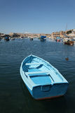 Barca blu nell'insenatura di Kalkara Immagini Stock Libere da Diritti