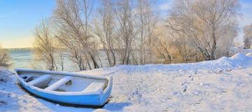 Barca blu sul fiume di Danubio Immagini Stock