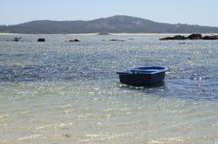 Barca blu sul mare Fotografia Stock