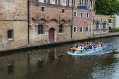 Barca in canale a Bruges Le Fiandre, Belgio Fotografie Stock