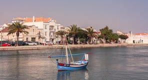 Barca in canale di Tavira immagine stock