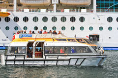 Barca caraibica reale dell'offerta della nave da crociera Immagini Stock Libere da Diritti