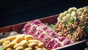 Barca caricata con frutta fresca nel mercato asiatico archivi video